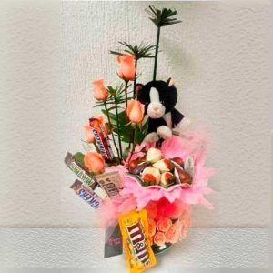 Arreglo de Flores con Rosas Peluche y Chocolates Triqui Triqui